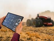Un agricultor maneja un tractor con una tablet.