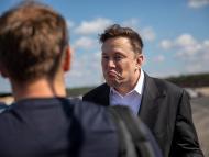 El director de Tesla, Elon Musk, habla con un visitante cuando llega para echar un vistazo al sitio de construcción de la nueva Gigafábrica de Tesla cerca de Berlín el 3 de septiembre de 2020 cerca de Gruenheide, Alemania.