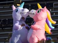 Dos personas vestidas de unicornios en las gradas de un estadio deportivo de Mississippi.