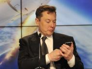 Elon Musk utilizando el teléfono móvil
