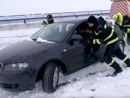 Un equipo de rescate trata de retirar un coche en una autovía de Castilla y León