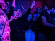 Fiesta en una discoteca durante la pandemia de COVID-19 en Belgrado, Serbia.