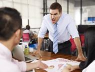Hombre gritando a otro en su puesto de trabajo.