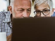 Un hombre y una mujer miran la pantalla de un ordenador.