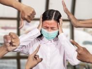 Muchas manos señalan a una niña desesperada
