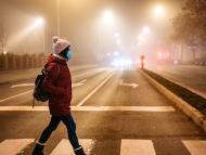 Mujer en la calle con frío