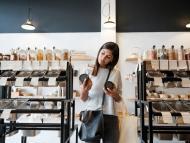 Mujer eligiendo un producto
