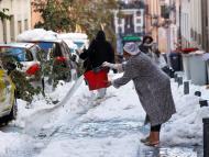 mujer retirando nieve en Madrid