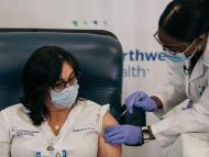 La enfermera Stephanie Cal recibe la vacuna COVID-19 en el Long Island Jewish Medical Center, Nueva York, Estados Unidos.