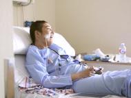 Niño con cáncer jugando a videojuegos.