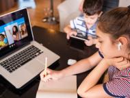 Niños estudiando online.