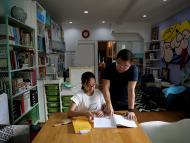 padre ayudando a su hija con deberes