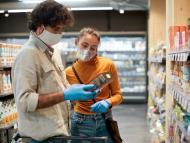 Pareja compra en el supermercado.