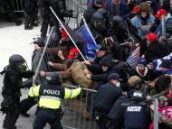 Partidarios de Donald Trump rompen el cerco policial para entrar al Capitolio, el 6 de enero.