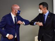 El presidente del Consejo Europeo, Charles Michel, saluda al presidente español, Pedro Sánchez