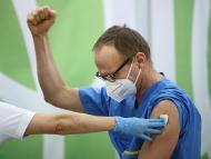 Un trabajador sanitario recibe una de las primeras vacunas de Pfizer y BioNTech en Austria.