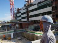 Un albañil en una obra de construcción de un edificio de viviendas en Valdebebas (Madrid)