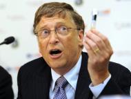 Bill Gates sujeta una vacuna