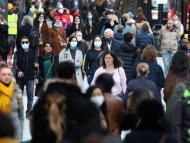 Gente por la calle con mascarilla en Reino Unido