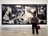 Un hombre frente al Guernica de Picasso.