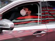 Hombre con mascarilla en el coche