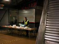 Una mesa electoral en un mercado cerrado en Barcelona.