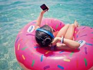 Mujer usando el móvil de vacaciones