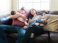 Padre y madre, cansados, con sus hijos en brazos.