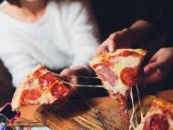 personas comiendo pizza