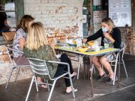 personas comiendo en una terraza coronavirus
