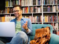Reunión virtual con biblioteca de fondo.