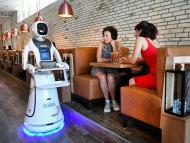 Un robot sirve la comida en un restaurante chino de los Países Bajos.