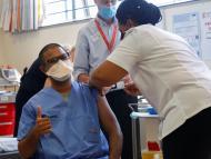 sanitario siendo vacunado