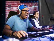 Un tipo jugando en el ordenador