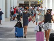 Turistas a su llegada al aeropuerto