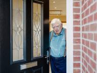 Abuelo abriendo la puerta.