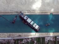 El buque portacontenedores Ever Given en el Canal de Suez.