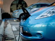 Un coche Nissan Leaf eléctrico cargando.