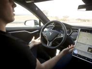 Un conductor suelta el volante de un Tesla con Autopilot durante una prueba en California en 2015
