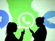 Dos siluetas caminando delante de un logo de WhatsApp