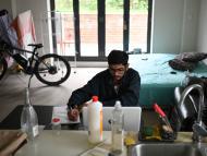 estudiante estudiando en su habitación