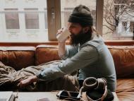 hombre en casa bebiendo café