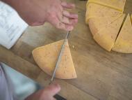 Hombre cortando queso