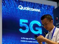 Un hombre pasa delante de un cartel de 5G.
