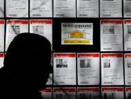 Un hombre pasa ante varios anuncios de pisos en alquiler en una inmobiliaria en Madrid