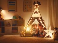 Una madre y su hija en una casa de juguete.