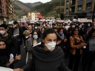 Manifestaciones con mascarillas por la quema de un vertedero en Ermua, Vizcaya.