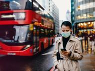 Una mujer anda mientras mira el móvil por las calles de Londres.