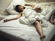 mujer durmiendo beneficios de dormir sin ropa