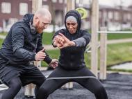 mujer entrenando, entrenador personal, ejercicio